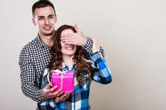 Pares românticos felizes com presente Fotografia de Stock Royalty Free