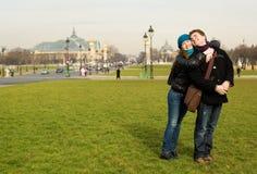 Pares românticos felizes em Paris fotografia de stock royalty free