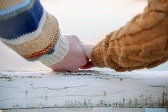 Pares românticos felizes que guardam as mãos Foto de Stock Royalty Free