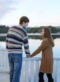 Pares românticos felizes que guardam as mãos Fotos de Stock Royalty Free