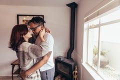 Pares românticos junto em casa imagens de stock
