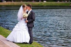 Pares românticos na caminhada do casamento foto de stock royalty free