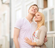 Pares românticos na cidade que olha acima Fotos de Stock