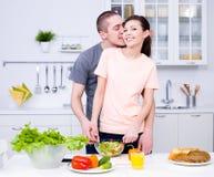 Pares românticos na cozinha fotografia de stock