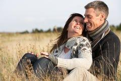 Pares românticos na paisagem do outono Fotos de Stock Royalty Free