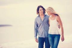 Pares românticos na praia Fotos de Stock Royalty Free
