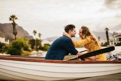 Pares românticos no amor em uma data do barco imagem de stock royalty free