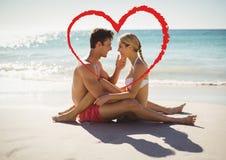 Pares românticos no amor na praia Fotos de Stock Royalty Free