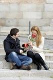Pares românticos no amor que comemora o aniversário Fotografia de Stock