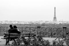 Pares românticos no amor que olha a torre Eiffel imagem de stock
