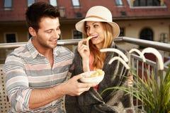 Pares românticos no balcão Fotos de Stock