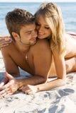 Pares românticos no beira-mar fotografia de stock