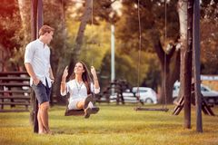 Pares românticos no outono do parque imagens de stock royalty free