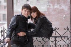 Pares românticos novos ao ar livre Imagem de Stock