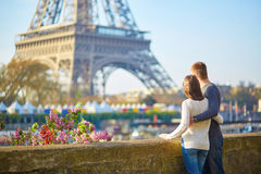 Pares românticos novos em Paris fotografia de stock royalty free