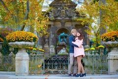 Pares românticos novos em Paris fotos de stock