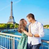 Pares românticos novos em Paris Foto de Stock Royalty Free