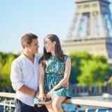 Pares românticos novos em Paris Fotografia de Stock