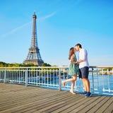Pares românticos novos em Paris Fotos de Stock Royalty Free