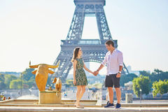 Pares românticos novos em Paris perto da torre Eiffel Imagens de Stock