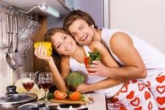 Pares românticos novos na cozinha foto de stock royalty free