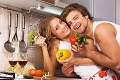 Pares românticos novos na cozinha fotografia de stock