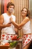 Pares românticos novos na cozinha imagem de stock royalty free