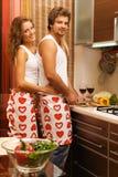 Pares românticos novos na cozinha fotografia de stock royalty free