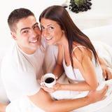 Pares românticos novos na manhã Imagem de Stock Royalty Free