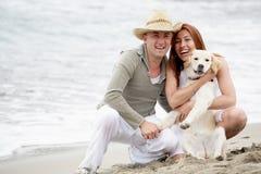 Pares românticos novos na praia Fotografia de Stock