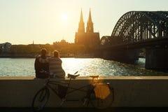 Pares românticos novos que passam suas férias na água de Colônia, alemão fotografia de stock