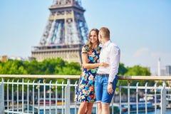 Pares românticos novos que têm uma data em Paris foto de stock