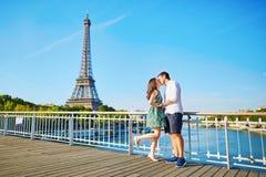 Pares românticos novos que têm uma data perto da torre Eiffel fotografia de stock royalty free