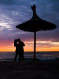 Pares românticos pelo mar Sillhouettes Foto de Stock