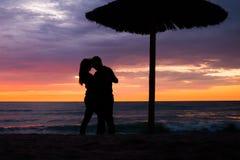 Pares românticos pelo mar Sillhouettes Fotos de Stock