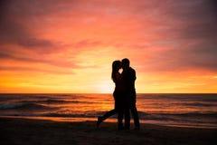 Pares românticos pelo mar Sillhouettes Imagem de Stock Royalty Free