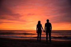 Pares românticos pelo mar Sillhouettes Imagens de Stock Royalty Free