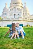 Pares românticos perto da catedral de Sacre-Coeur em Montmartre, Paris Foto de Stock Royalty Free