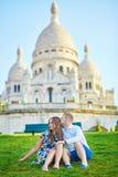 Pares românticos perto da catedral de Sacre-Coeur em Montmartre, Paris Foto de Stock