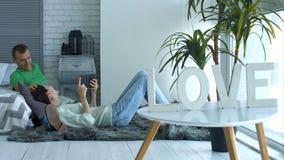 Pares românticos que apreciam o tempo livre junto em casa video estoque