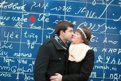 Pares que beijam através eu te amo da parede Fotos de Stock Royalty Free