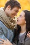 Pares românticos que beijam no parque do outono Imagem de Stock Royalty Free
