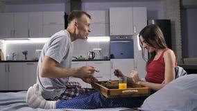 Pares românticos que comem o café da manhã na cama filme