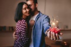 Pares românticos que comemoram seu aniversário com bolo do copo Imagens de Stock