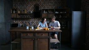 Pares românticos que compartilham do croissant na cozinha video estoque