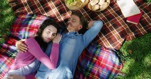Pares românticos que encontram-se no parque filme