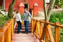 Pares românticos que estão na ponte de madeira Imagens de Stock