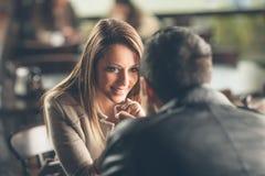 Pares românticos que flertam na barra imagens de stock royalty free