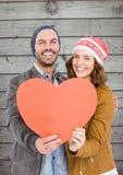 Pares românticos que guardam um coração Imagens de Stock Royalty Free