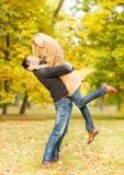 Pares românticos que jogam no parque do outono Fotos de Stock Royalty Free